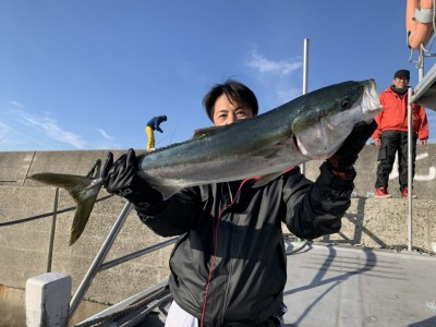 <p>ミヤタケ様 沖の北 8時過ぎ頃にのませ釣り(ウキ)で96cmのブリ GET^ ^棚は5ヒロで釣れたそうですよ♪連日青物釣れ続けてます!まだまだ狙えます!ウキ釣りでもエレベーター仕掛けでもどちらでも釣果出てます♪おめでとうございます(^O^)</p>