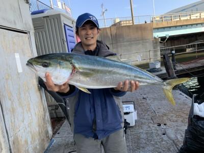 <p>村田様 沖の北 のませ釣りで12時ごろにブリ80cm GET!!中アジを使ったのませ釣りで釣られています!ブリクラスにもなると中アジでも全然食ってきますよ♪おめでとうございます^ ^</p>