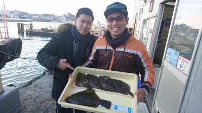 <p>増田様 岡田様 沖の北 投げ釣り カレイGET</p> <p>カレイ本格的に始まった感じですね!大物狙いの方は針をなるべく大きくした方が良いですよ!おめでとうございます(^O^)</p>
