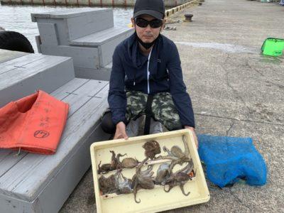 <p>旧一文字 カーブ〜3番 タコエギでタコ9杯GET♪タコ釣り初挑戦という事でしたがエギでかけ下りのところを丁寧に探り釣られております!沖でも旧でもタコも時合がありますよ!</p>