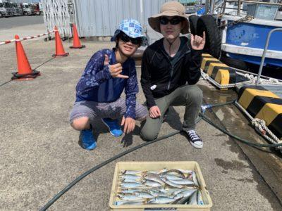 <p>中澤様 沖の北 サビキ釣りで豆アジ〜中アジ・小サバゲット^ ^中アジは20cm前後!昨日も朝と夕方はアジの回遊がありましたよ♪アジももう少し安定してくれたら良いんですけどね〜^^;中澤様、おめでとうございます(^o^)</p>