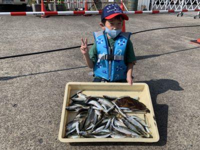 <p>けんと君 旧一文字赤灯 サビキ釣りで小アジ・小サバ・ウルメイワシ多数GET^ ^水温も下がり始めてきてるのでこれから青物も太刀魚も期待したいところです(^o^)</p>