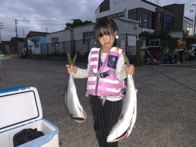 <p>コウダ様 のませ釣りでメジロ2本GET♪他にもメジロサイズが釣れたみたいですが近くの方にプレゼントされたそうです^ ^今日は本当に良く釣れてますね!おめでとうございます(^o^)</p>