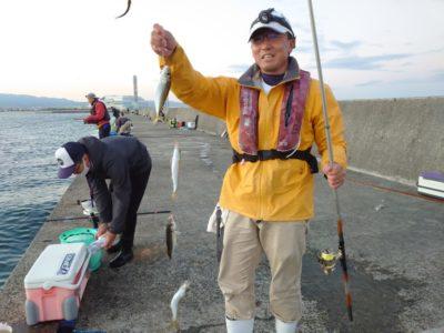 <p>沖の北 オイルフェンス付近(6時頃)サビキで中アジが入れ食いでした!あいかわらずウルメが多いです。小アジ・サバは少なめのようでした。</p>