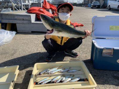 <p>長野様 沖の北 のませ釣りでメジロ GET♪朝イチはサビキで小アジも釣れたみたいです^ ^おめでとうございます(^o^)</p>