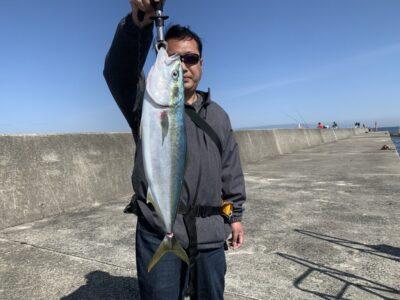 <p>花田様 沖の北 ショアジギで64cmのメジロ!!単発ですが連日ルアーでの釣果でてますね♪8時半頃にヒットされたそうです^ ^胃袋の中にはカタクチイワシが入ってました♪</p>