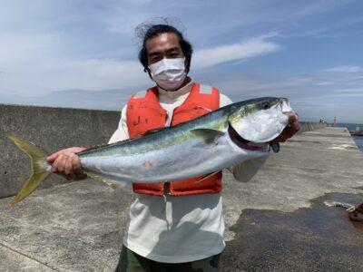 <p>信夫様 沖の北 ショアジギでブリ86cm!!!!11時前に中層でヒット!初の岸和田一文字での釣行でこの青物!!これがあるから釣りは面白いんです♪信夫様、おめでとうございます⤴︎^ ^</p>