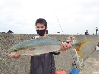 <p>高橋様 沖の北 ショアジギでメジロ!今月はルアー釣果を見せてくれた方にルアーケースをプレゼントしてます!</p>