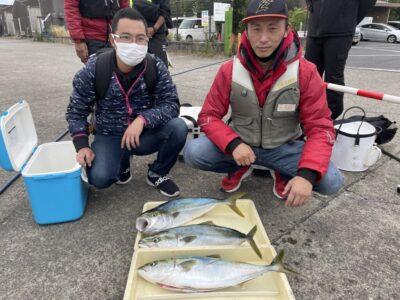 <p>藤原様 沖の北 飲ませ釣りでハマチ〜メジロ3匹 GET!!おめでとうございます^ ^</p>
